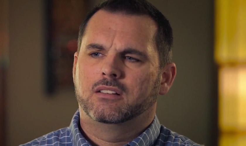 HojeDavid lidera um instituto bíblico e aconselha homens que lutam com vícios sexuais. (Foto: Reprodução).