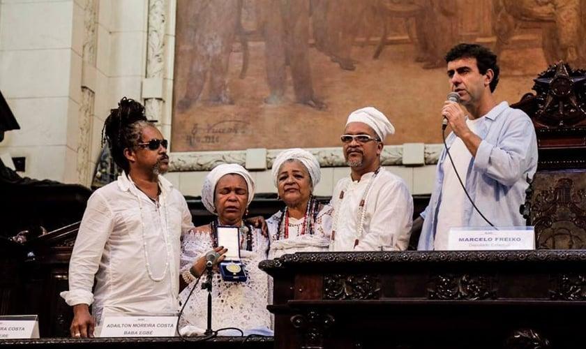 O deputado estadual Marcelo Freixo ao lado dos filhos da mãe de santo Beatriz. (Foto: Divulgação)