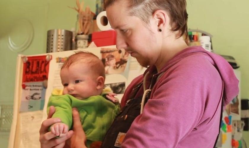 Kori Doty segurando seu bebê, Searyl Atli. (Foto: Reprodução/YouTube/Rebecca Poulin)