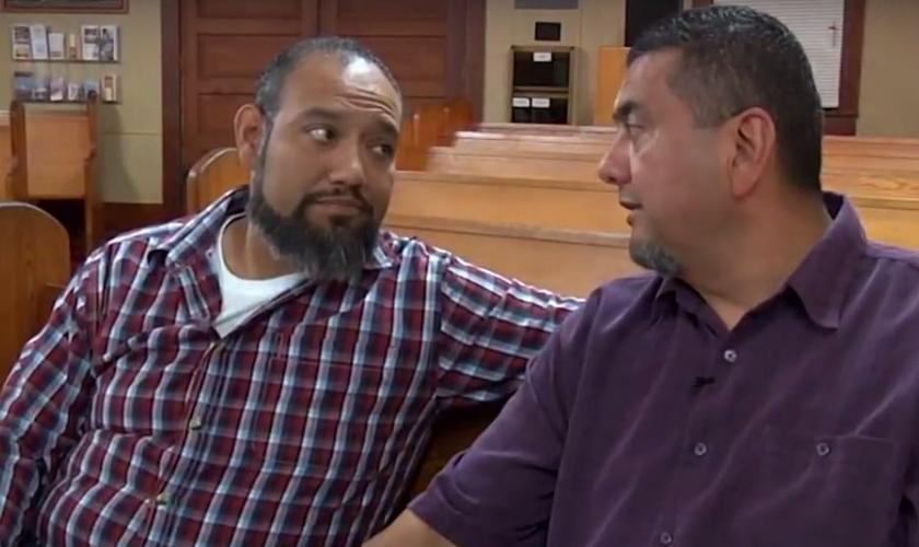 O pastor Basílio Montez (direita) e Jesus Cerecerez (esquerda). (Foto: Reprodução).