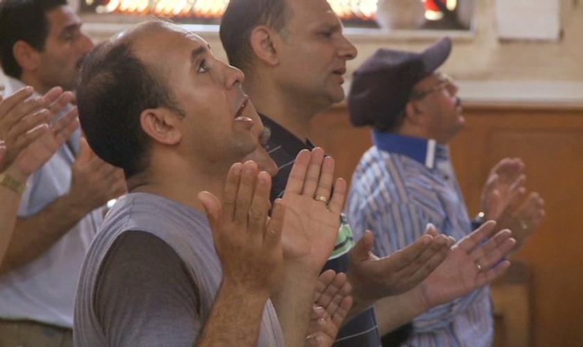 O ex-muçulmano colocou sua nova fé em prática para orar pelo seu filho. (Foto: Reprodução).