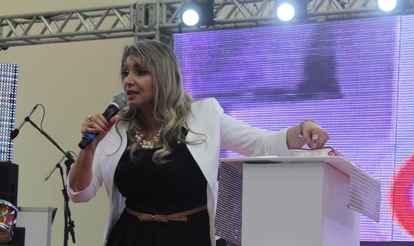 A cantora ministrou para mais de 400 mulheres que se fizeram presentes no encontro. (Foto: João Neto).