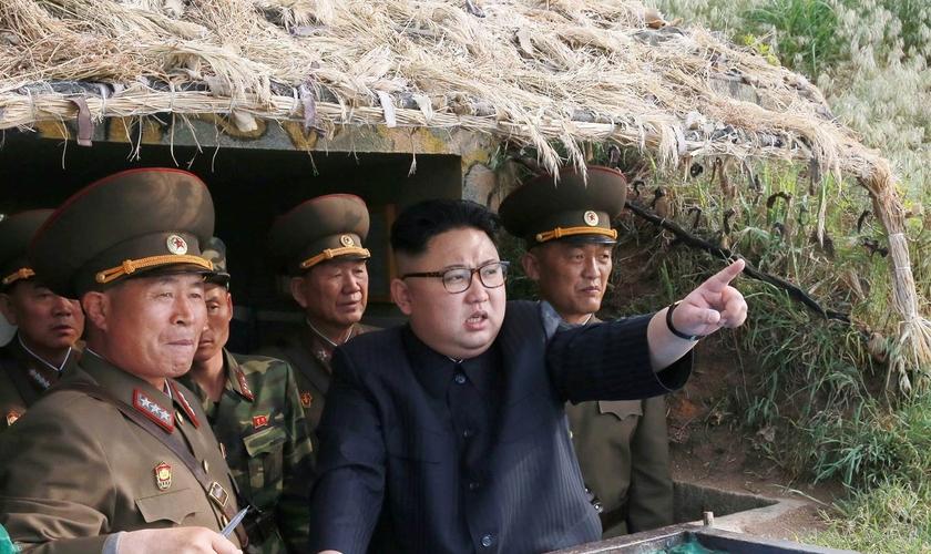 Ditador Kim Jon Un com seus soldados, na Coreia do Norte. (Foto: NBC News)