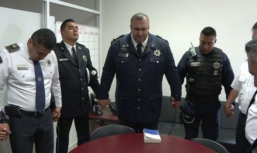 Membros da 'Polícia Celestial' se unem para orar, antes de mais uma ação nas corporações. (Foto: Telemetro)