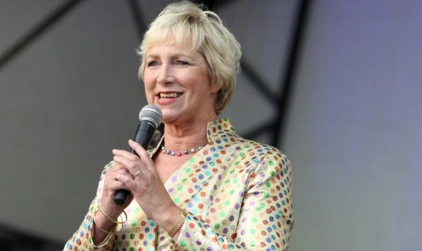 Pam Rhodes é escritora e apresentadora de um programa no canal BBC. (Foto: Reprodução).