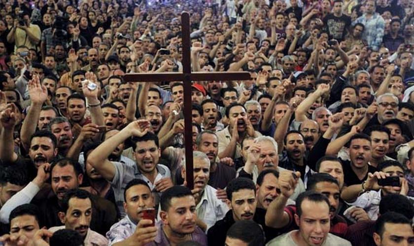 Cristãos coptas participam de manifestação pacífica no Egito. (Foto: Never Again Canada)