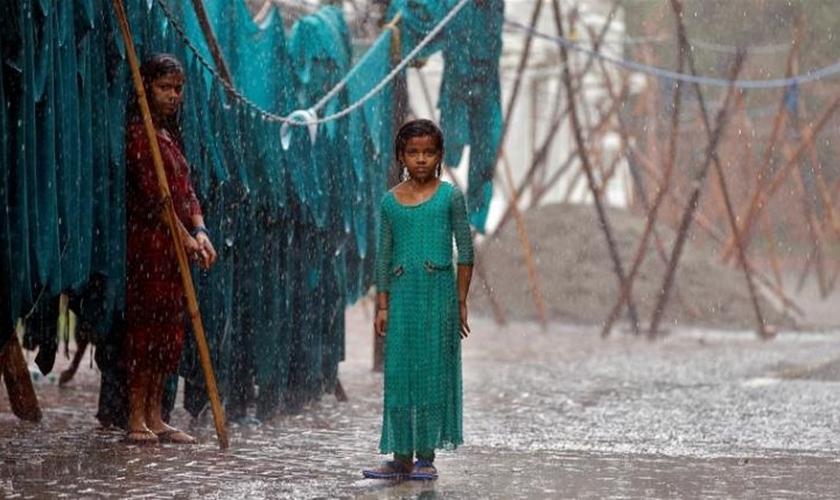 Estima-se que pelo menos 400 mil pessoas estejam em situação de rua por causa das enchentes. (Foto: Reuters).