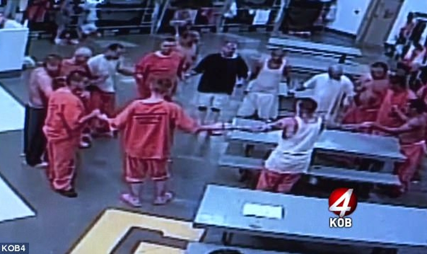 Detentos formam círculo de oração, no Novo México. (Imagem: KOB)