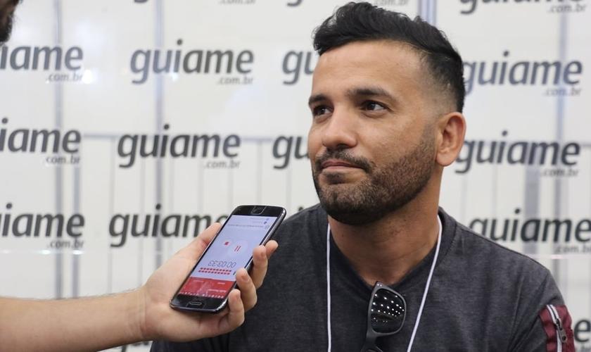 Edson Soares, vocalista do ministério, falou sobre as experiências da banda fora do Brasil. (Foto: Guiame/Marcos Paulo Corrêa).