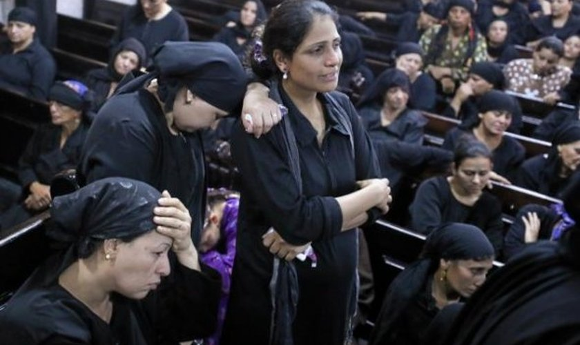 Mulheres no funeral dos cristãos que foram mortos em Minia, no Egito. (Foto: Reuters/Mohamed Abd El Ghany)
