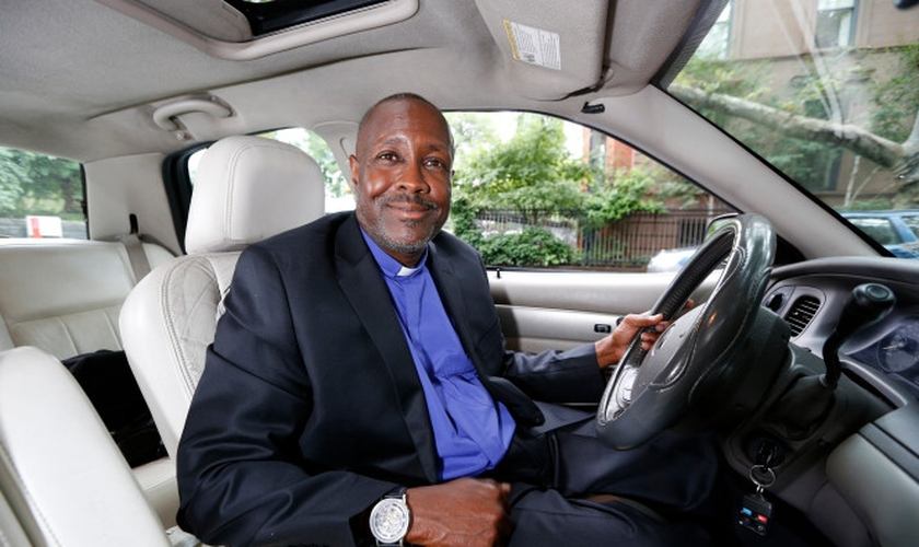 Kenneth Drayton usa Uber para evangelizar passageiros. (Foto: Angel Chevrestt)