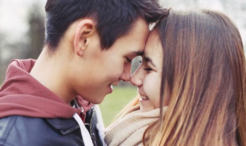 Namorar alguém que não vive a mesma fé é uma situação arriscada. (Foto: Reprodução)