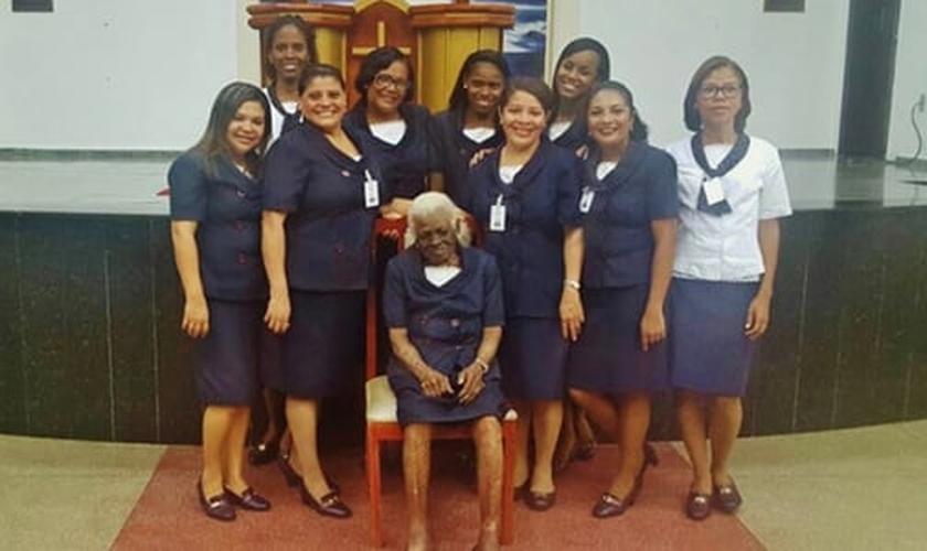 Dona Maria continua vestindo seu uniforme de obreira, aos 104 anos. (Foto: Reprodução)