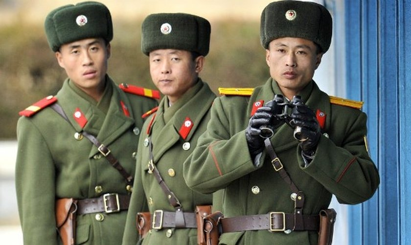 Soldados do exército norte-coreano vigiam fronteira com a Coreia do Sul. (Foto: AFP - Getty Images)