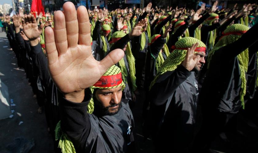 Membros do Hezbollah marchando durante procissão religiosa em Beirute, no Líbano. (Foto: Sharif Karim/Reuters)