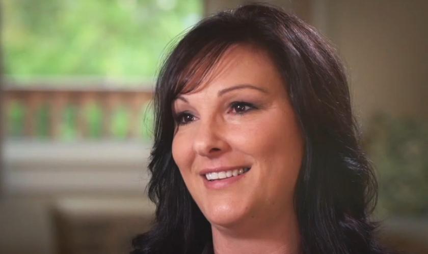 Jennifer Unagnst conseguiu sair de uma vida de drogas e prostituição para viver a vida que Deus planejou. (Foto: Reprodução).