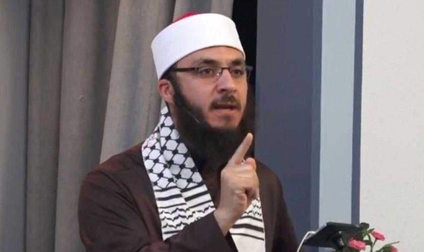 """O imame incentivou muçulmanos a matarem """"todos os judeus"""". (Foto: Reprodução/YouTube/Davis Masjid)"""
