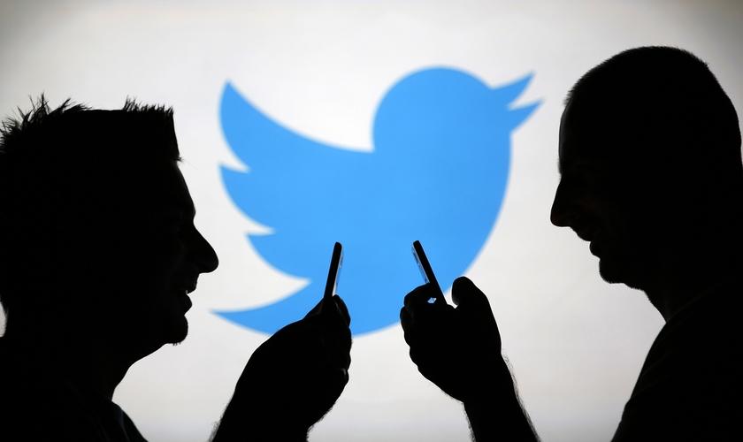 Usuários de redes sociais se conectam com logo do Twitter ao plano de fundo. (Foto: Portal Comunique-se)