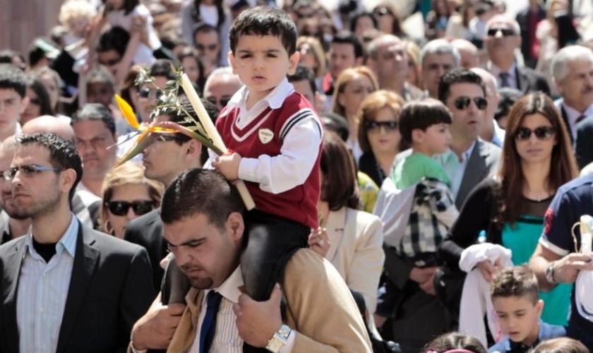 Cristãos libaneses carregam caminham no Domingo de Ramos, em Beirute. (Foto: Hussein Malla/AP)
