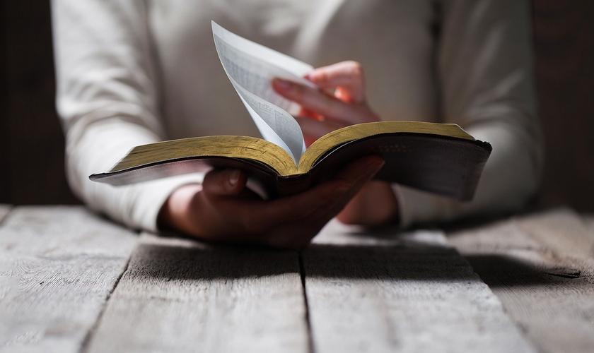 Imagem ilustrativa. Policiais são proibidos de exibir versículos da Bíblia, após queixa de ateus. (Foto: Reprodução)