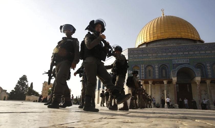 Policiais da fronteira israelense ao lado da Cúpula da Rocha no Monte do Templo, em Jerusalém. (Foto: AP/Mahmoud Illean)