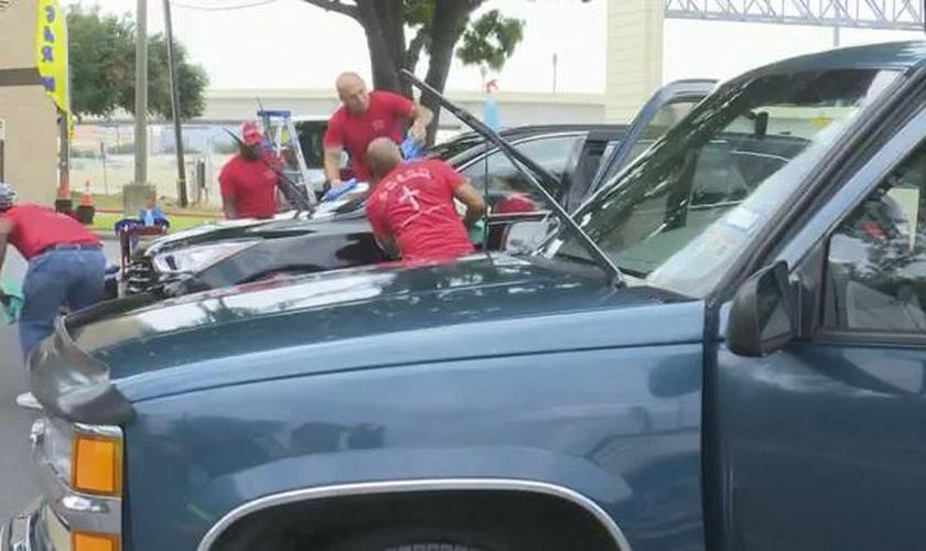 Cerca de 40 ex-presidiários limparam carros de policiais no Texas. (Foto: Reprodução/KHOU)
