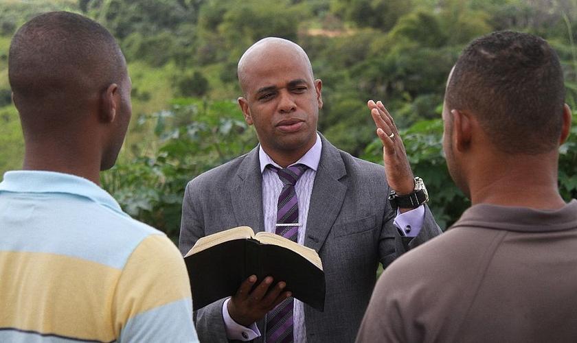O Irmão Júlio, hoje missionário, dá seu testemunho em igrejas. (Foto: Evandro Veiga/Correio)