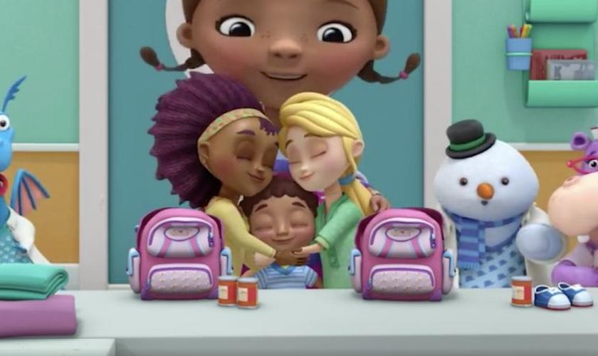 """Cena do desenho """"Doc McStuffins"""", no qual aparecem duas mães lésbicas juntas. (Foto: Yahoo)"""