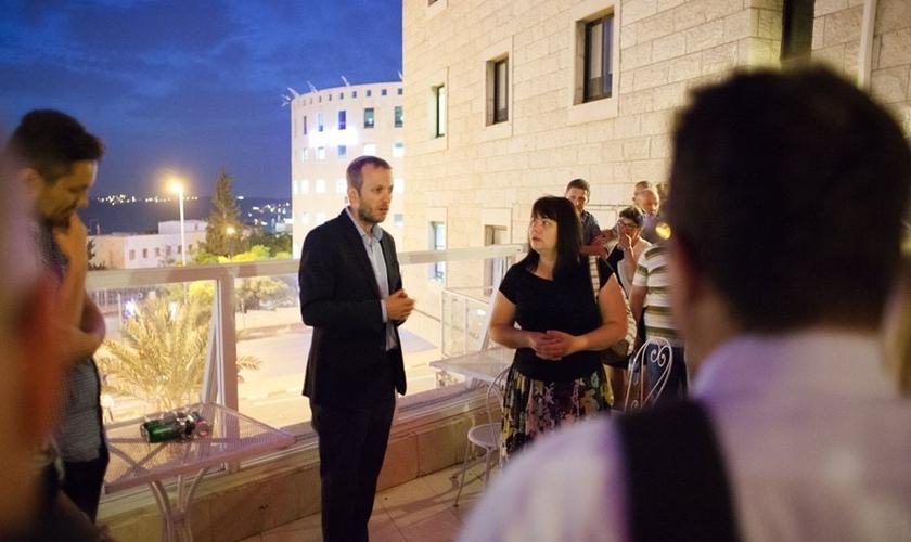 Judeus e cristãos se unem para estudar a Bíblia juntos. (Foto: Reprodução/Facebook/Yeshiva For the Nations)