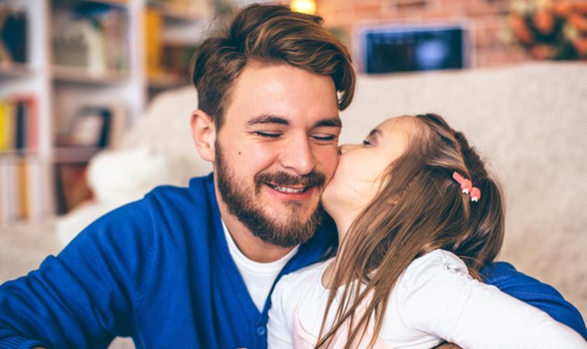 A honra que o filho deve ao pai revelará quem ele de fato será no futuro. (Foto: iStock.com/svetikd)