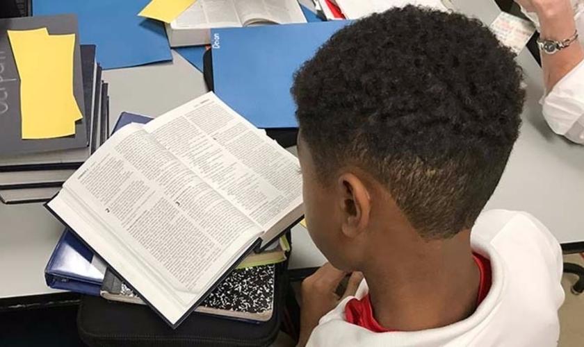 """A organização """"Bíblia nas Escolas"""" busca incentivar instituições de ensino a estabelecerem um programa optativo de ensino das Escrituras. (Foto: Bible in the Schools)"""