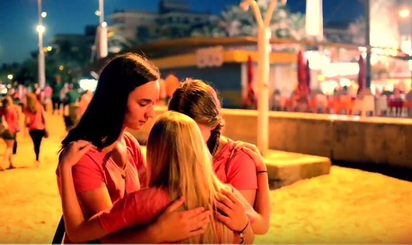 Jovens do ministério Gospel Tribe oram juntas em uma das praias de Maiorca. (Imagem: Youtube)