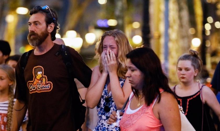 Famílias das vítimas choram após ataque em Barcelona. (Foto: ETOnline)