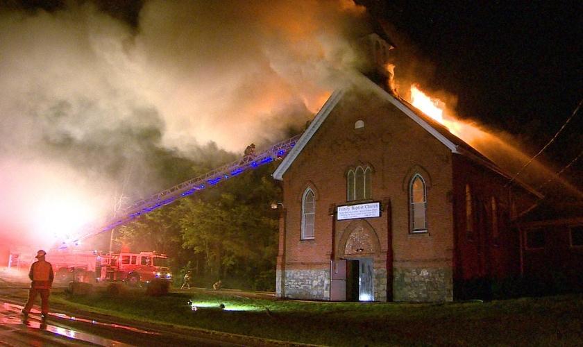 O incêndio na Igreja Batista Trinity foi incendiada durante a madrugada. (Foto: Tony Smith/CBC)