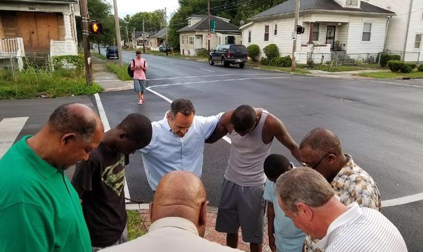 O governador Matt Bevin orou junto com a população nas ruas de Louisville, em Kentucky. (Foto: Reprodução)