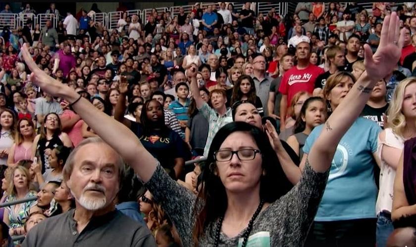 Mais de 10 mil pessoas se converteram na 28ª edição da 'Cruzada da Colheita', realizada pelo pastor Greg Laurie. (Imagem: Facebook)