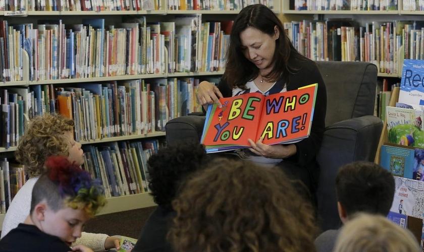 Professora lê para crianças em escola dos EUA. (Foto: The Resurgent)