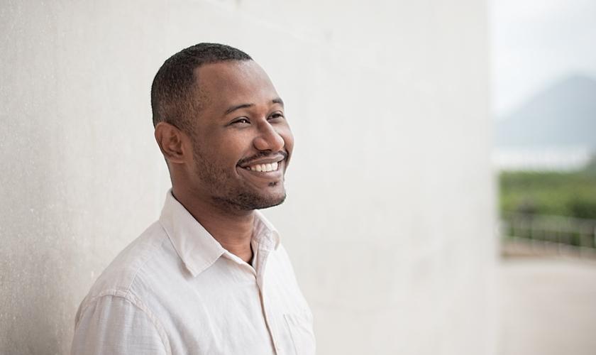 Filho de músicos, o carioca Edu Porto é cantor e compositor. (Foto: Divulgação).