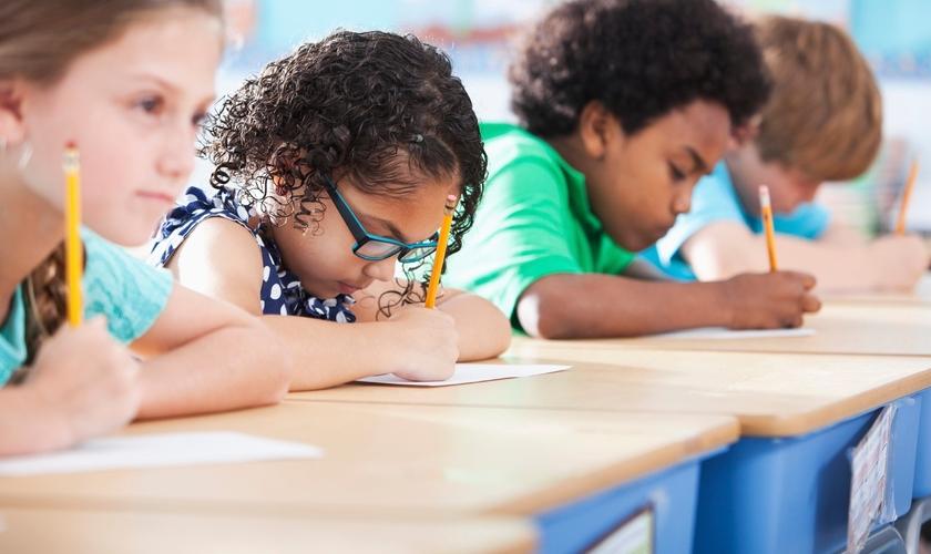 """Imagem ilustrativa. Professor proíbe crianças de dizerem """"Deus"""" e """"Jesus"""" na sala de aula. (Foto: Reprodução)"""