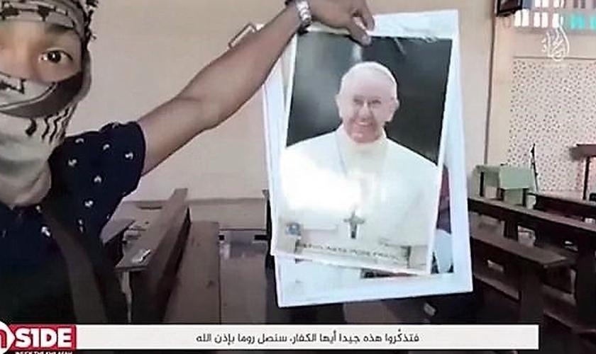 Terrorista filipino ligado ao Estado Islâmico exibe fotos do Papa Francisco em vídeo cheio de ameças ao pontífice e a Roma. (Imagem: Captura de tela - Youtube)