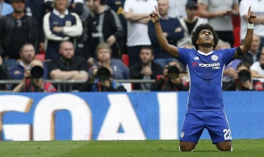 Willian é jogador do Chelsea e conta que sua fé o ajudou a lidar com a dor do falecimento de sua mãe. (Foto: O Tempo - Super FC)