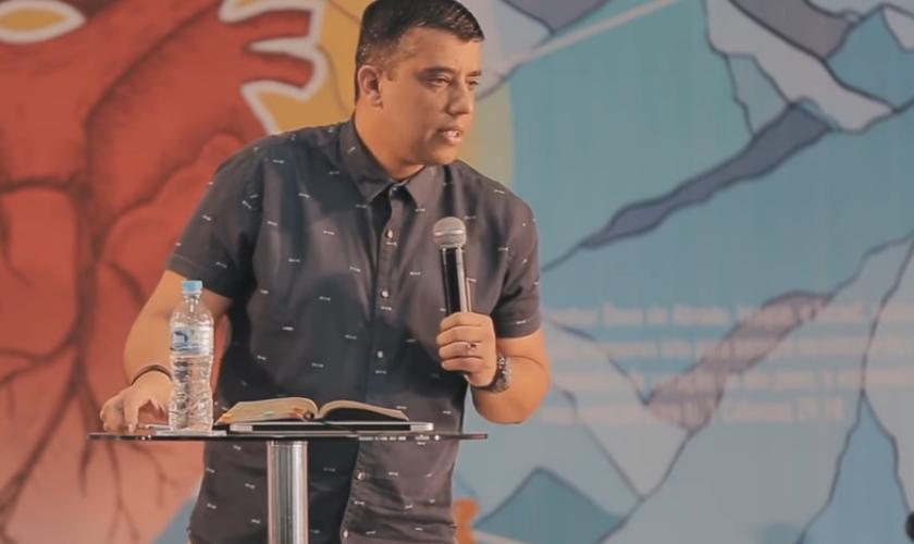 Leandro Vieira pregou durante uma Conferência JesusCopy. (Foto: Reprodução).