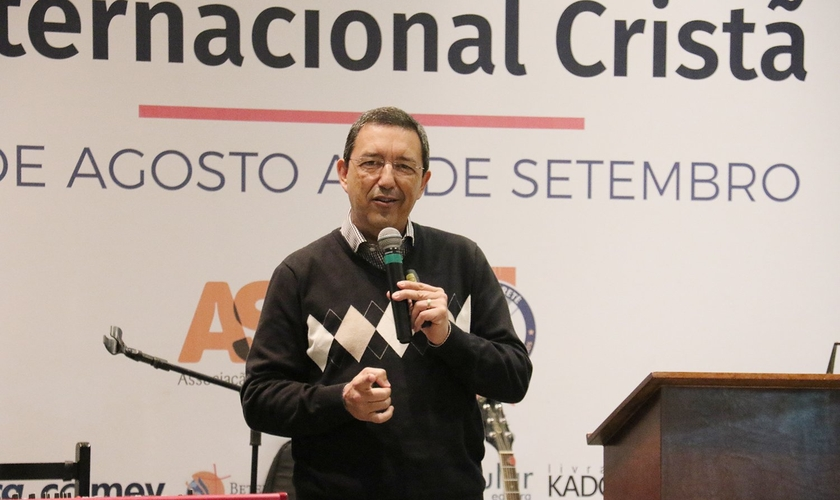 Josué Campanhã na abertura da 6ª Feira Literária Internacional Cristã. (Foto: Guiame/Marcos Paulo Corrêa)