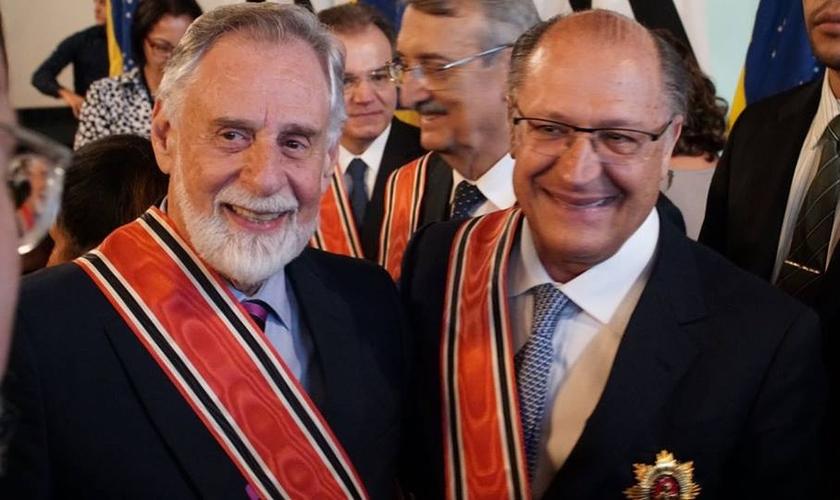 O pastor Carlos Alberto Bezerra recebeu de Alckmin a mais alta honraria de São Paulo. (Foto: Divulgação)