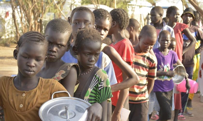 As crianças refugiadas do Sudão sobrevivem com muitas dificuldades. (Foto: Visão Mundial / Lucy Murunga).