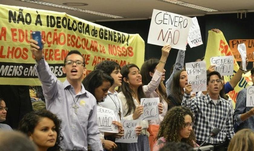 Manifestantes protestam contra a doutrinação ideológica nas escolas. (Foto: Carta Capital)