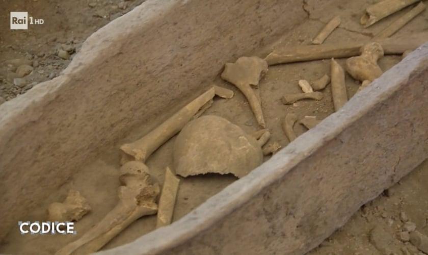 Os ossos foram descobertos debaixo de uma placa de mármore por um funcionário da igreja. (Foto: Codice/Rai Uno)