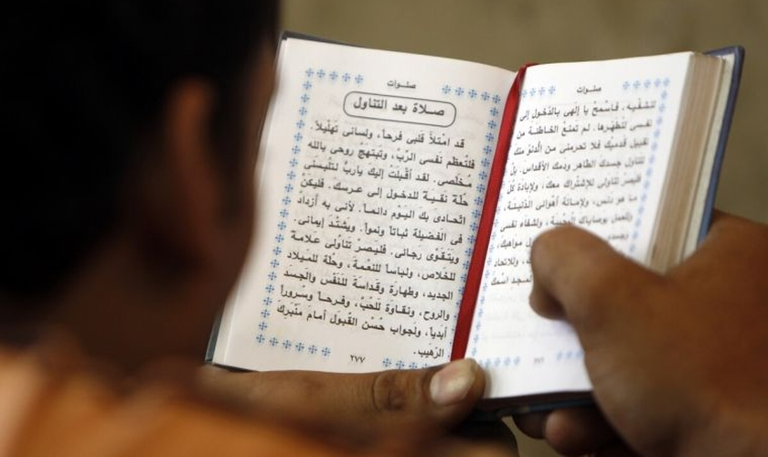 Baqur procura distribuir as Bíblias em segredo para que muitos possam conhecer Cristo. (Foto: Reuters).