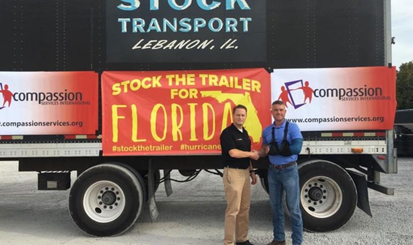 Pastor Luke Levine (esquerda) e Rob Stock (à direita) se uniram para distribuir suprimentos às famílias afetadas pelos furacões nos EUA. (Foto: Pinterest)