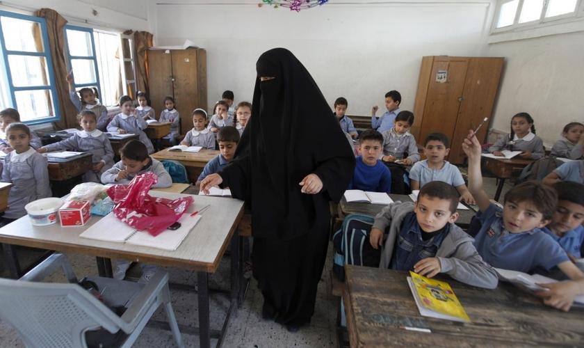 As crianças foram informadas que devem aprender o islamismo xiita ou serão expulsas. (Foto: AP).